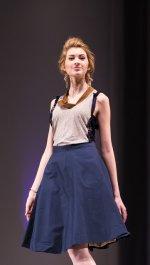 kobieta w niebieskiej spódnicy
