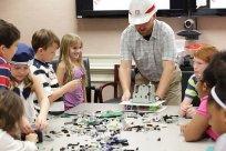 grupa dzieci w trakcie zabawy